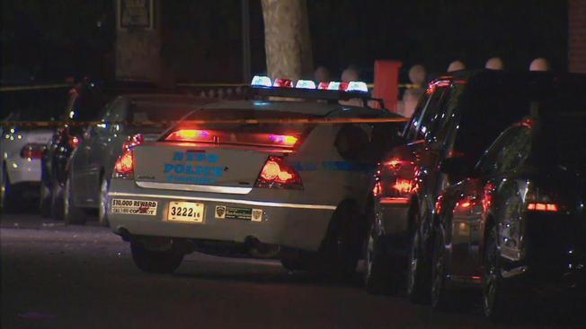Hallan hombre baleado en auto volcado en  Brooklyn