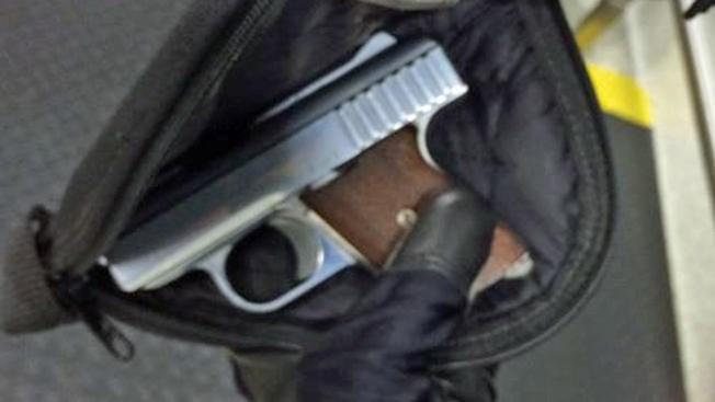 Ya parece costumbre: Estudiante va armado a la escuela