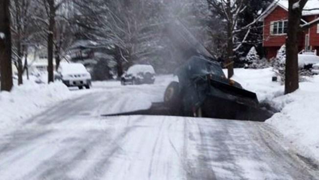 Socavón se traga barredora de nieve en NJ