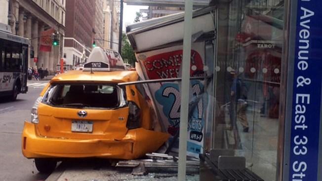 Taxista destroza parada de bus; hay heridos