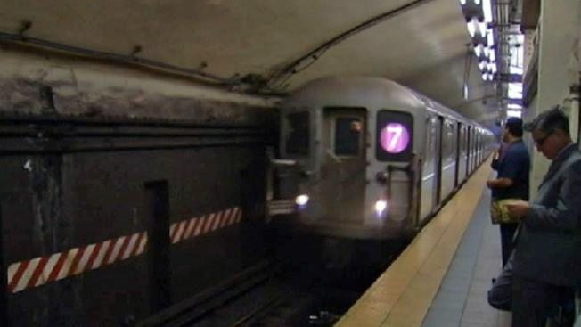 Reanudan servicio del tren 7 tras problemas mecánicos
