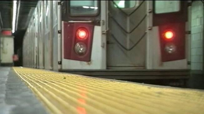 Bailarín salta a los rieles del tren y rescata a indigente de la muerte
