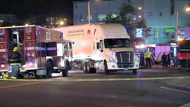 Mortal giro de un camión en intersección