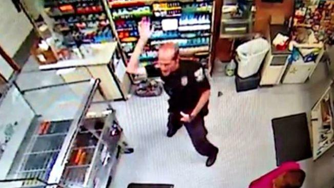 Video viral de agente policial en peculiar baile