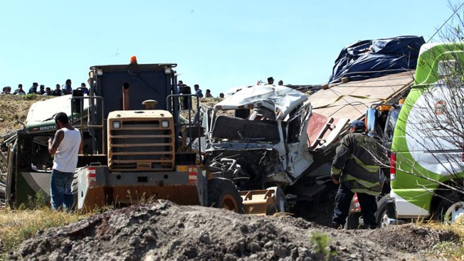 Choque entre autobús y camión deja ocho muertos