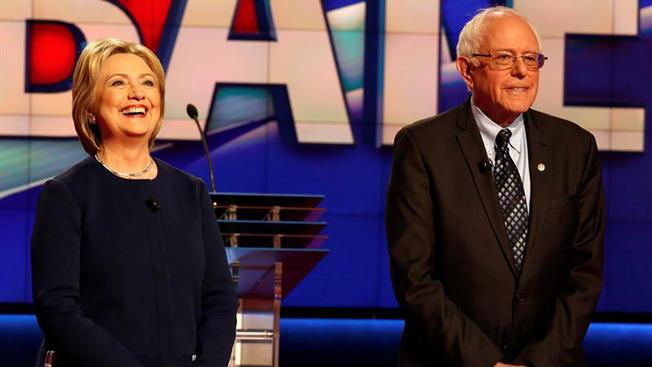 """Entre sonrisas, Clinton y Sanders se sacan los """"trapos sucios"""""""
