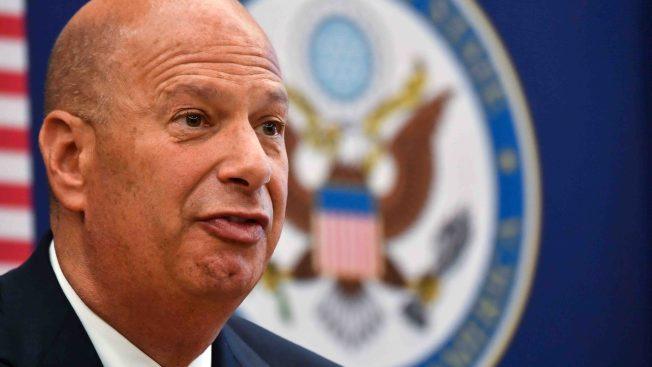 Juicio político: embajador cambia su relato y compromete a Trump