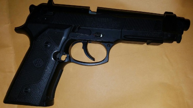 Estudiantes van armados a dos escuelas de NY