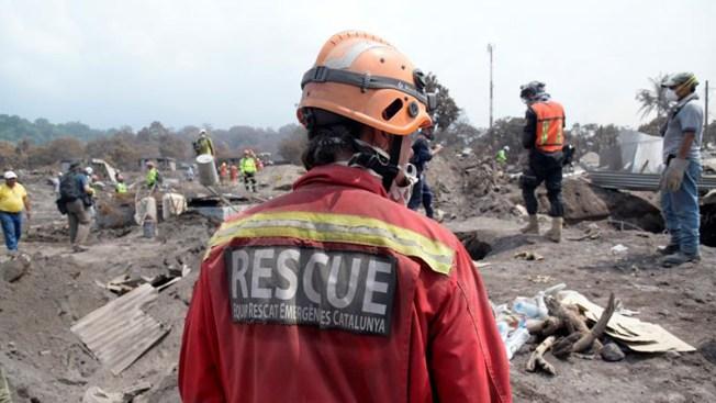 Hallan más cuerpos en la zona cero del volcán en Guatemala