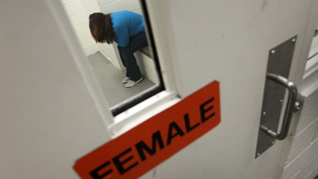 Juez: indocumentadas detenidas tienen derecho a abortar