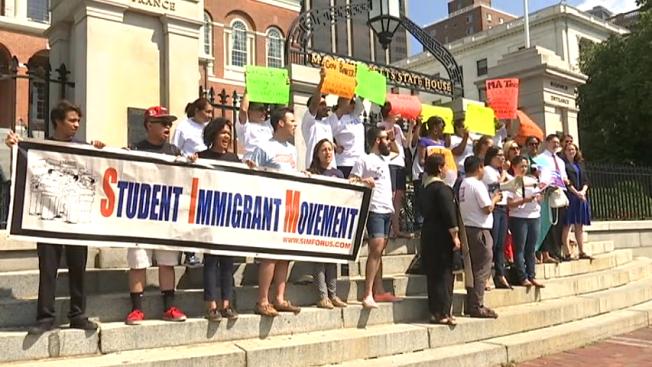 Inmigrantes exigen reunirse con el Gobernador