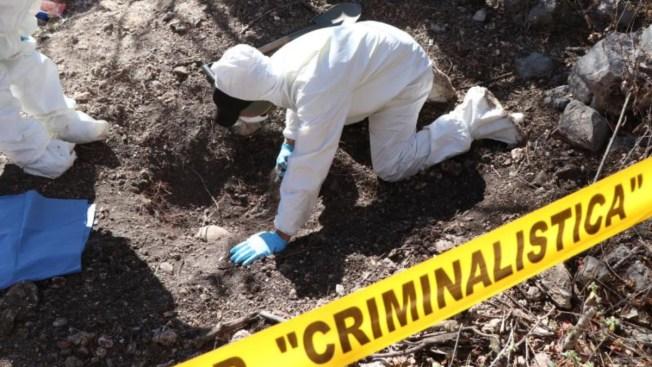 Hallan restos de 39 personas en fosas clandestinas