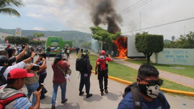 Ayotzinapa: Jóvenes atacan sede militar en Guerrero