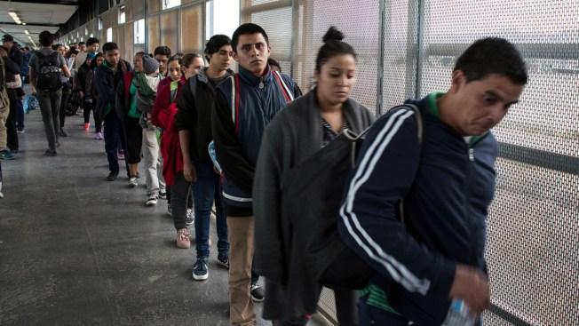 AMLO culpa a contrabandistas por caravanas de migrantes