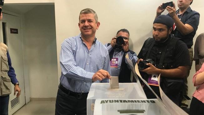 Oscar Vega Marín emite su voto en Mexicali