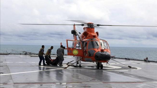 Rescatan seis cadáveres de avión de AirAsia