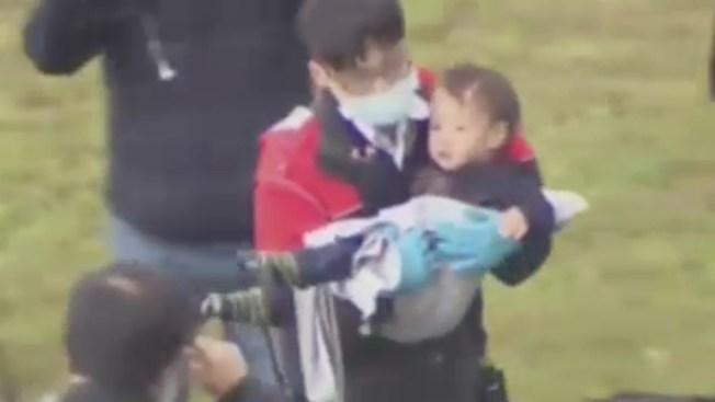 Dramático rescate de niño de avión en Taiwán