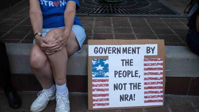 """Ciudad de California declara al NRA como """"grupo terrorista"""""""