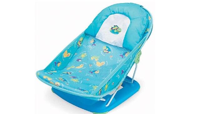 Riesgoso asiento baña-bebés