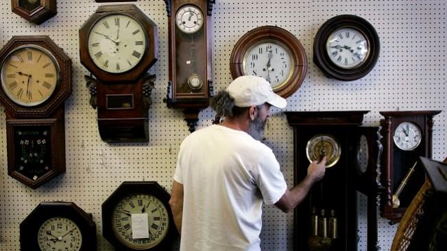 Adelanta el reloj una hora este domingo