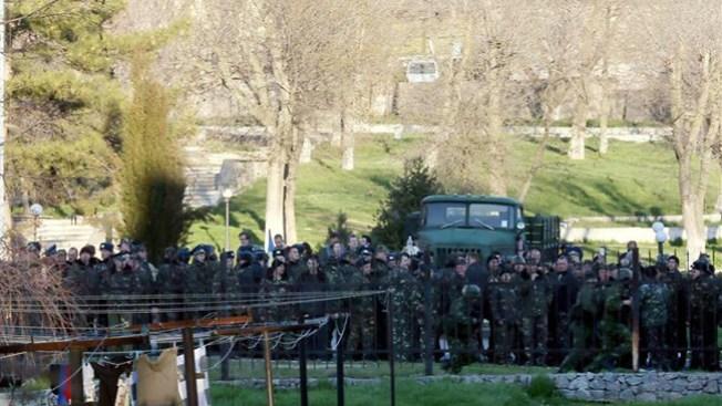 Crimea: tropas rusas asaltan base aérea