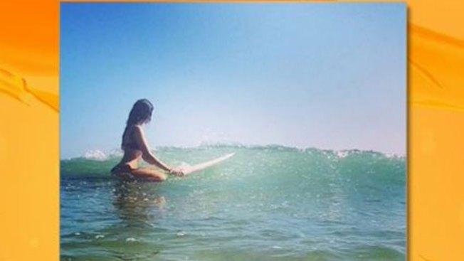 Eiza González calienta las olas surfeando