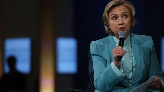 Mujer arroja zapato a Hillary Clinton