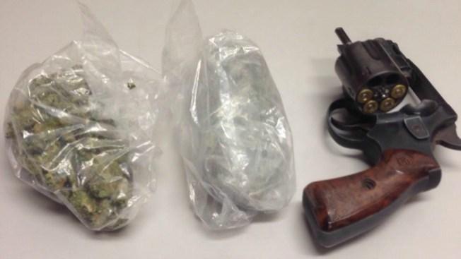 Patrullero arresta a tres jóvenes en Lynn