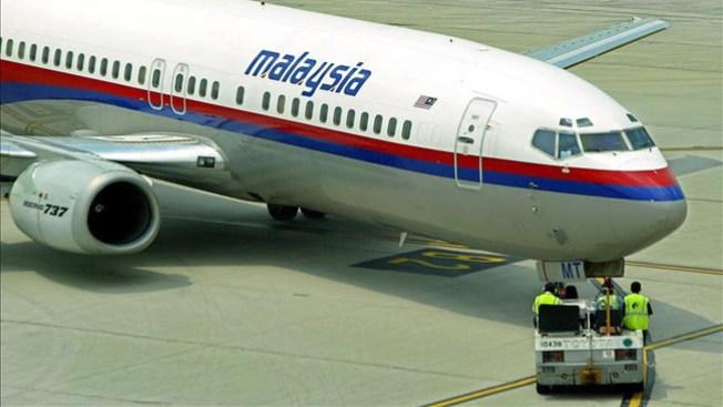 Hallan posible puerta de avión perdido