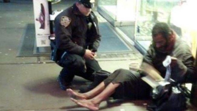 Mendigo de NY oculta botas