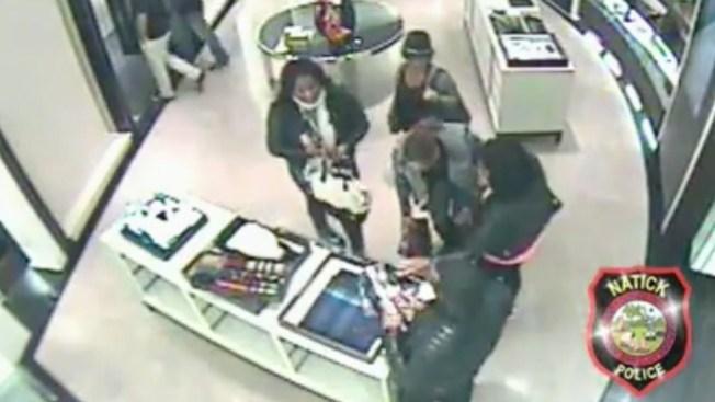 Captado en video veloz robo de tienda