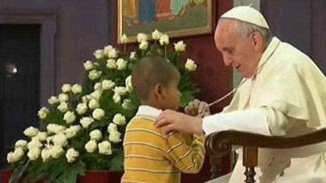 Colombiano el niño aferrado al papa