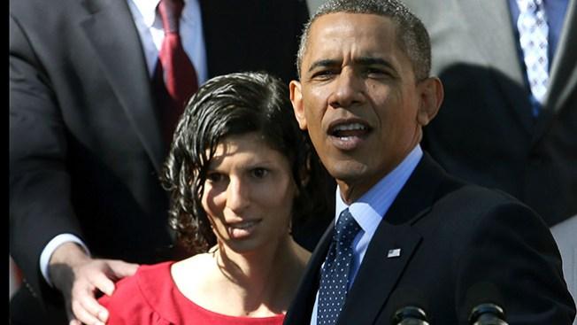 Mujer se desmaya en brazos de Obama