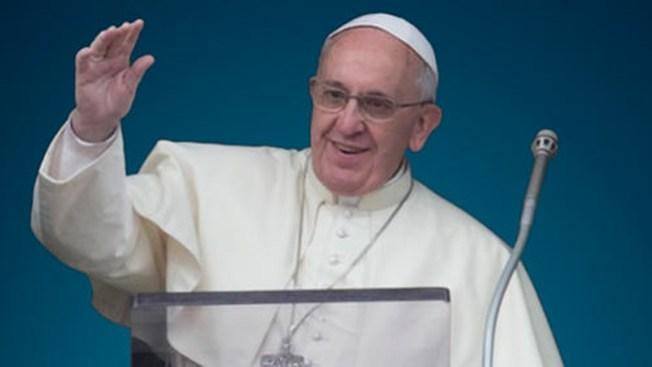 ¡Se le desliza la lengua al Papa!