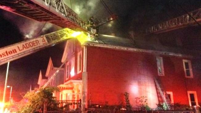 Tres afectados por incendio en Roxbury