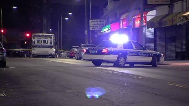 Investigan tiroteo mortal en Roxbury