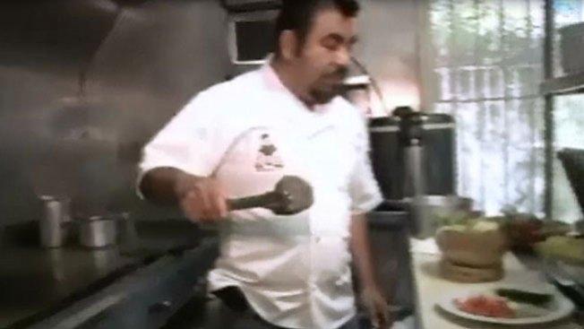 Chef cocina sopa de piedra contra el frío