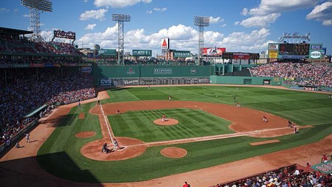 Demandan a dueño de Red Sox por pelotazo