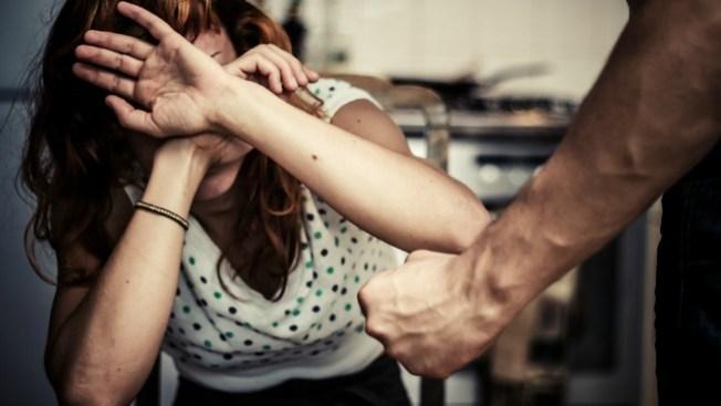 Arrestan policía por violencia doméstica