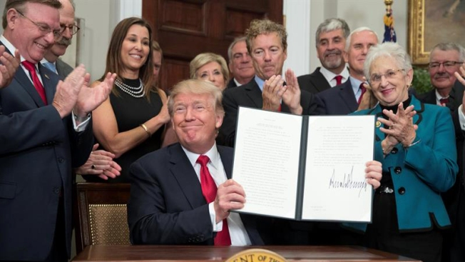 "Trump dice estar ""muy orgulloso"" de desmantelar Obamacare"