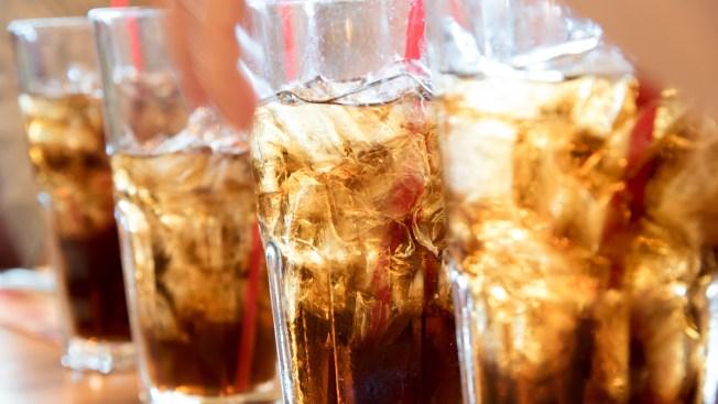 Proponen limitar venta de sodas a niños