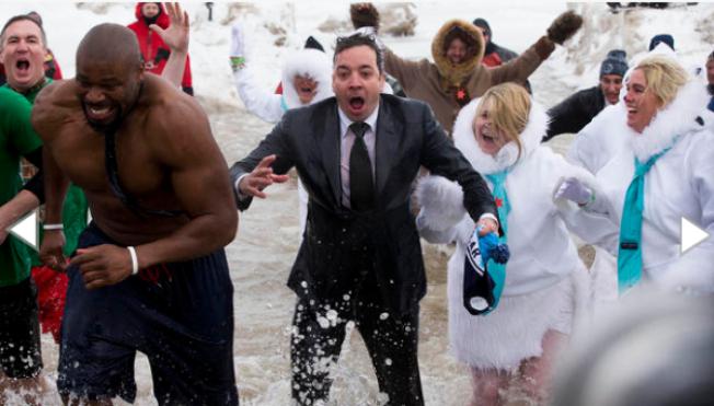 Jimmy Fallon se avienta chapuzón polar
