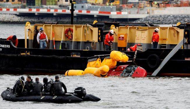 FOTOS: Retiran del agua al helicóptero de mortal accidente