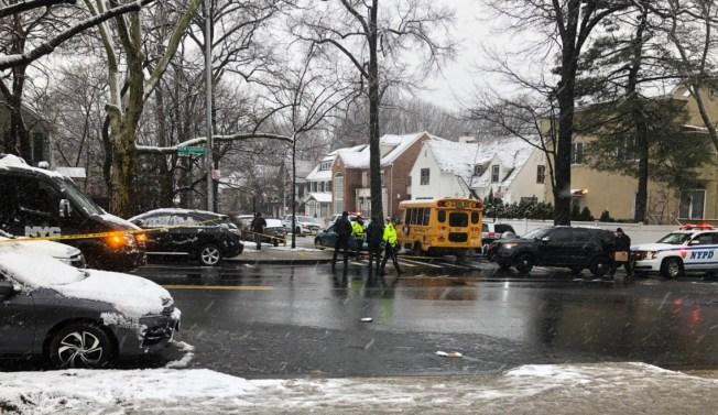 Mujer muere impactada por autobús escolar