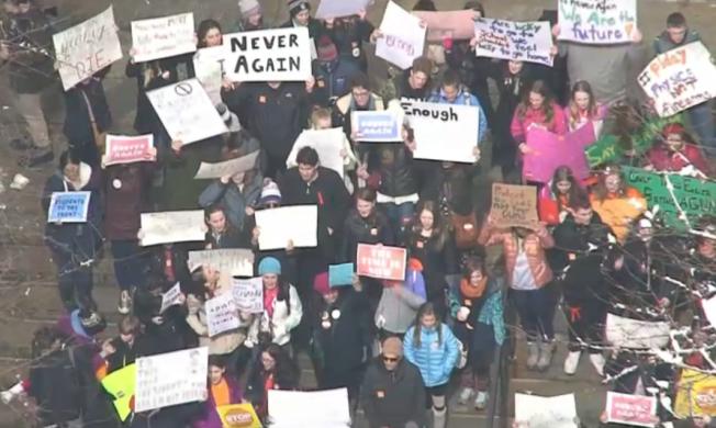 Estudiantes forman parte de protesta nacional contra la violencia armada