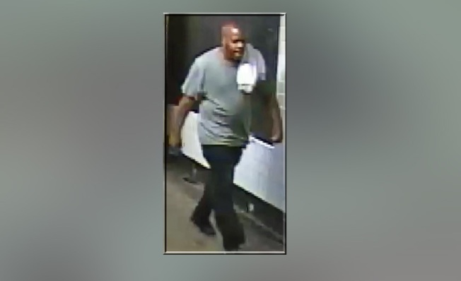 Policía: hombre empuja a pasajero por escaleras de tren