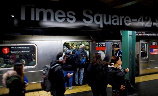 Asignan policías al metro al crecer los evasores de boletos