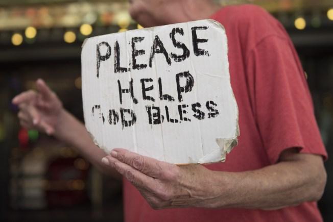 Proponen en Rhode Island multar a conductores que den dinero a mendigos