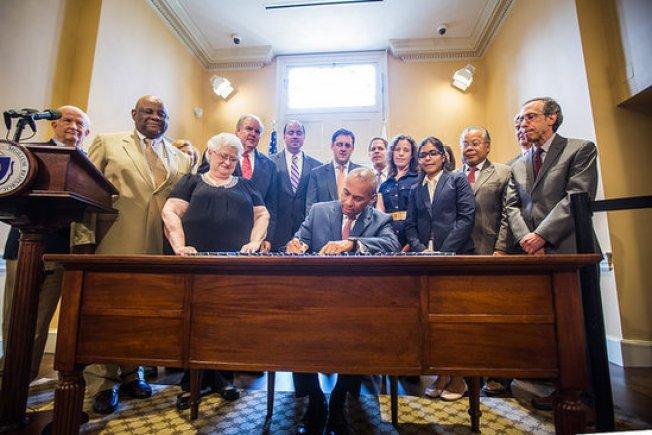 Patrick firma leyes en oficina renovada
