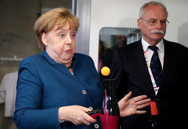 Por una foto, fanática choca con jet de canciller alemana
